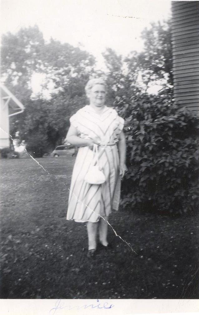 Dam i fin klänning, med handväska, namn skrivet i kanten, ev. Jennie, 071